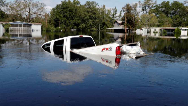 Un camión este viernes arrastrado por las aguas que ha dejado el huracán Florence en Nichols, Carolina del Sur.