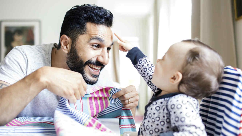 Papá jugando con su bebé