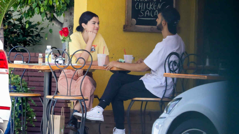 Selena Gomez con un chico