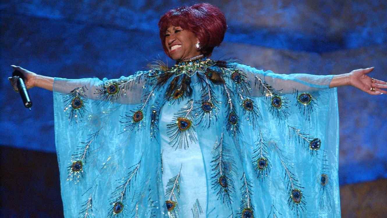Celia Cruz con un vestido azul