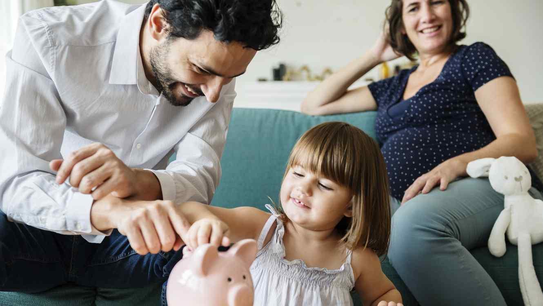 Padres con niña y sus ahorros