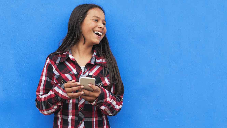 Chica joven usando teléfono móvil