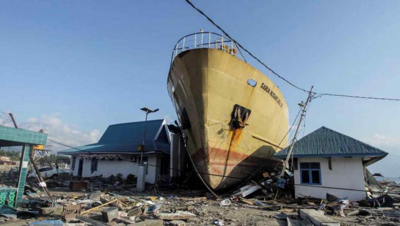 Una de las imágenes muestra a un gran barco varado en tierra después de ser arrojado por el tsunami.