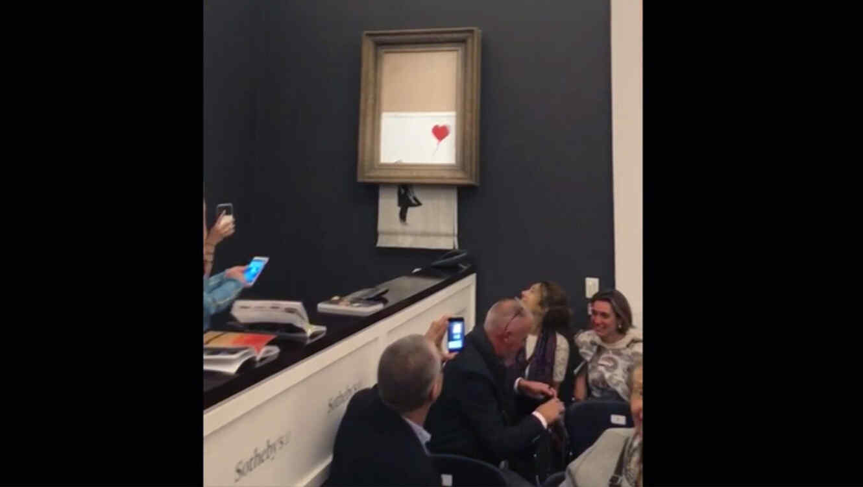 Obra de Banksy se autodestruye