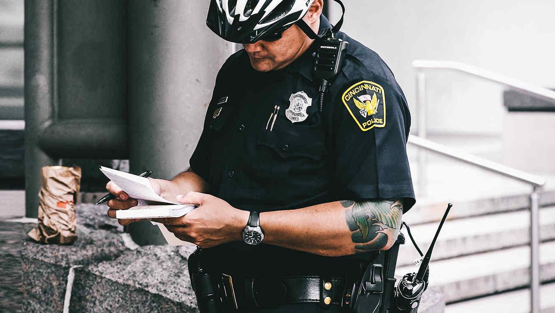 Un policía prepara una multa de tráfico