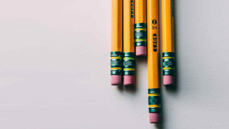 Maestra encuentra algo emocionante en lápices de alumno