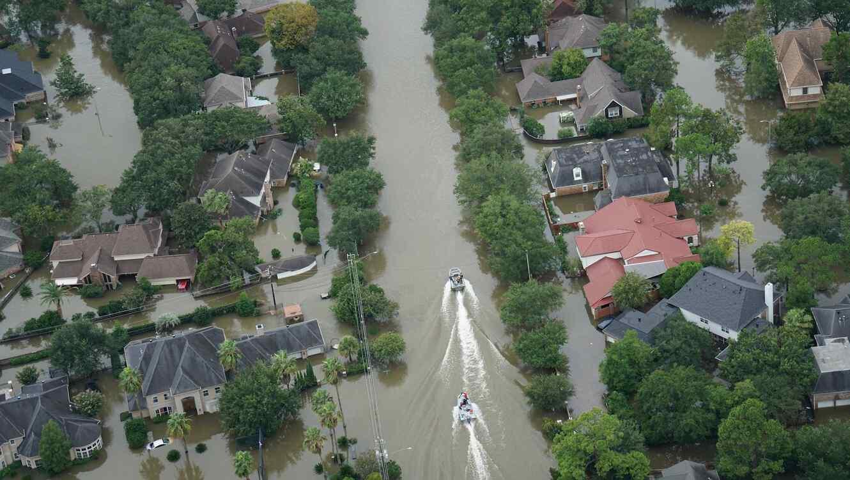 Vecindario inundado y lanchas