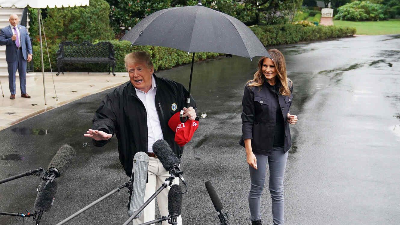 Critican a Trump por no compartir paraguas con Melania