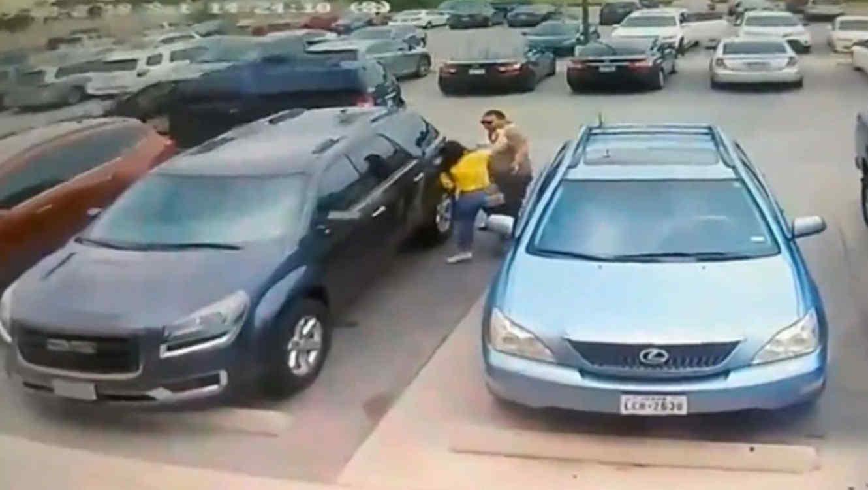 ¡Por un lugar de estacionamiento! Hombre da brutal golpiza a indefensa mujer