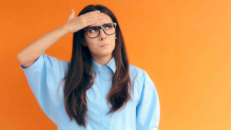 Mujer con anteojos
