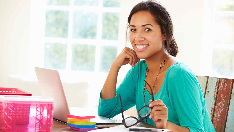 Mujer latina trabajando con computadora