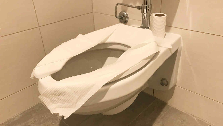 Inodoro cubierto con papel de inodoro