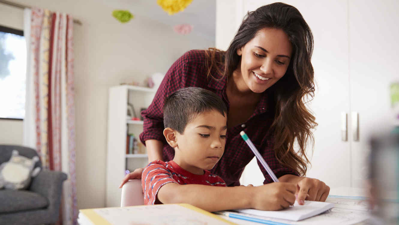 Madre ayudando a su hijo con la tarea