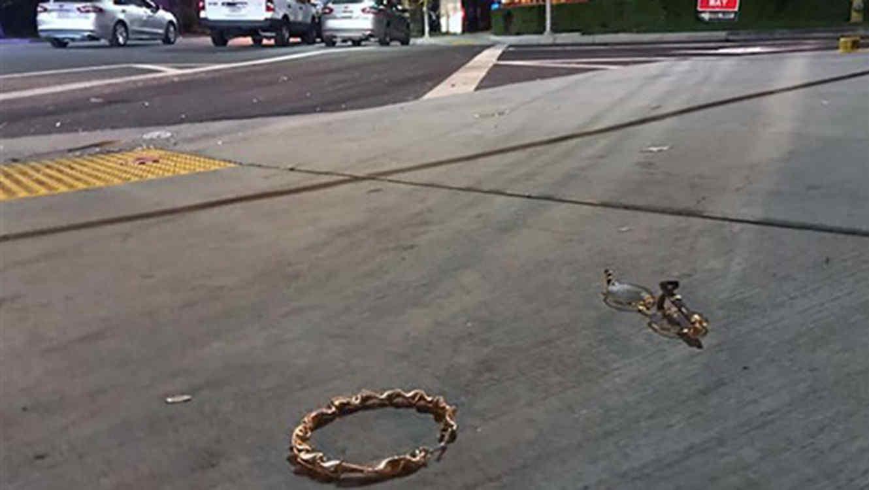 Artículos personales tirados en la calle tras el tiroteo en un club de Riverside