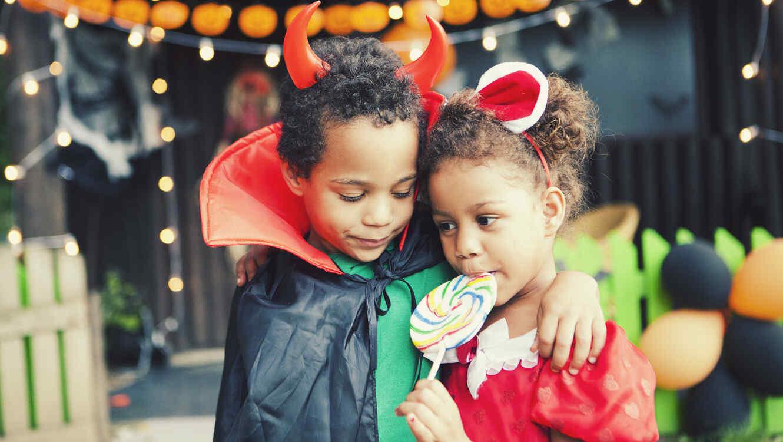 Niños comiendo dulces de Halloween