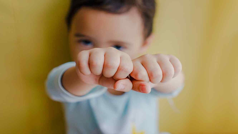 niño manos