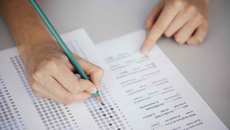 Estudiante dando un examen