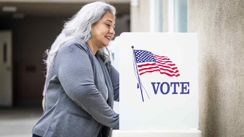 Mujer latina votando