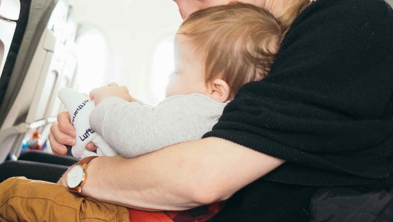 Una madre con su bebé en un avión