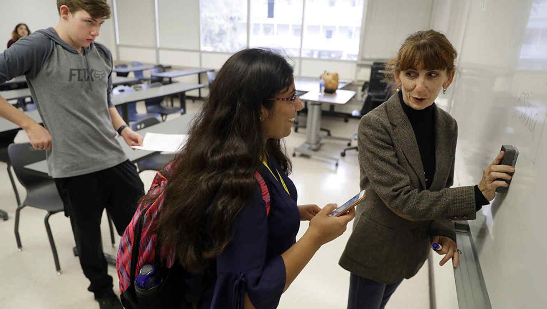 Alumnos de San Jose State University, en California, conversan con su profesora.