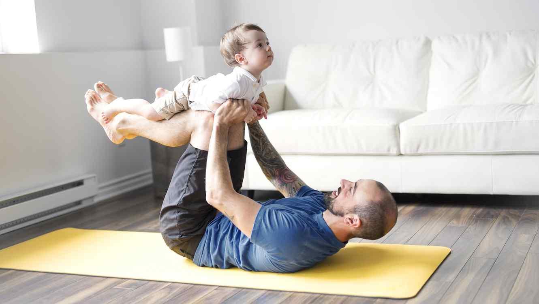Padre e hijo haciendo yoga