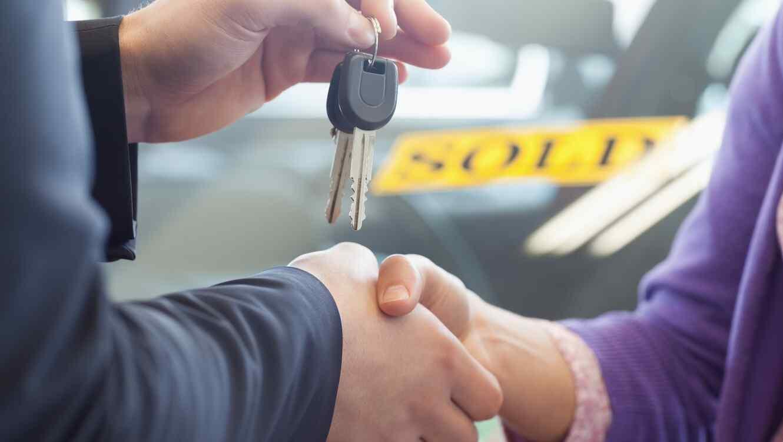 Entregando llaves de carro
