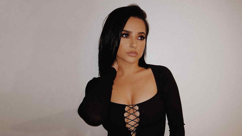 Becky G impacta a sus seguidores con un ajustado 'outfit' negro