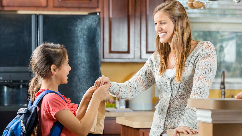 Madre e hija con almuerzo escolar