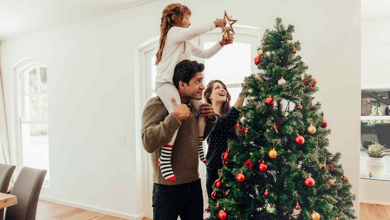 Familia armando árbol de Navidad