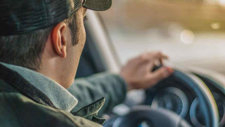 Algunos estados no permiten la renovación de licencia en línea, hay que formarse en el DMV por largas horas para hacerlo