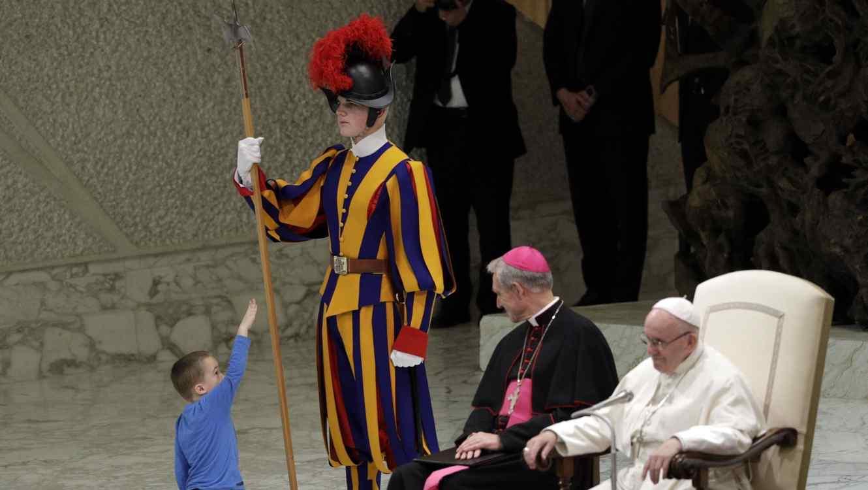 Niño se poner a jugar frente al papa Francisco