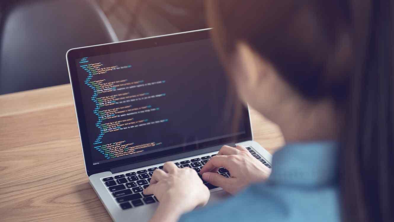 Mujer programando en computadora