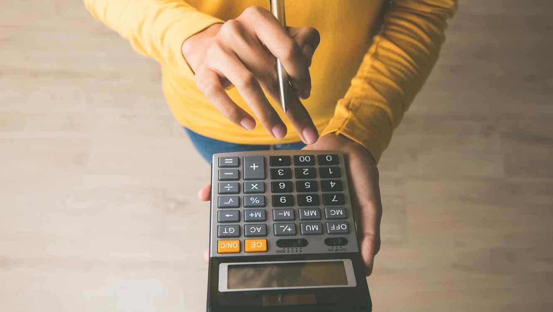 Mujer usando calculadora