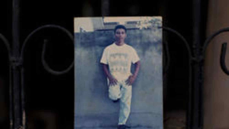 En esta imagen, tomada el 31 de octubre de 2018, foto familiar sin fecha de Wilmer Gerardo Núñez en la casa de su madre en el vecindario de Ciudad Planeta, en San Pedro Sula, Honduras