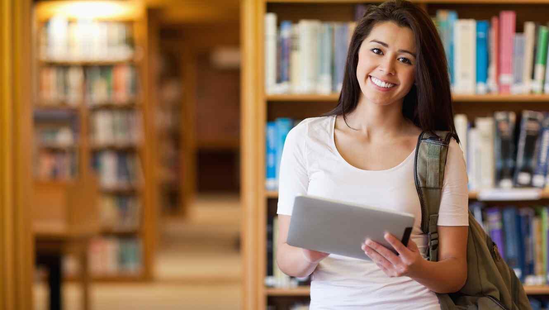 Estudiante joven en biblioteca
