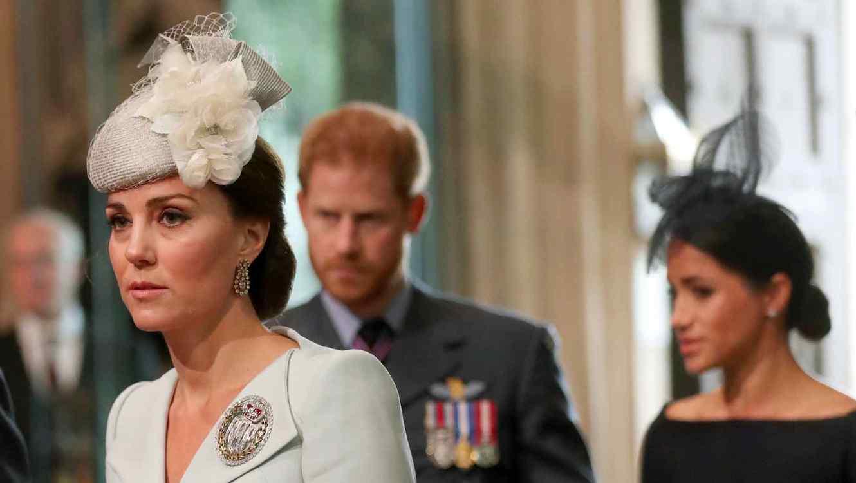 Kate Middleton camina adelante de Meghan Markle y el príncipe Harry.
