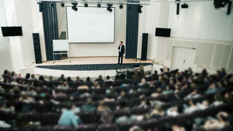 Hombre en conferencia