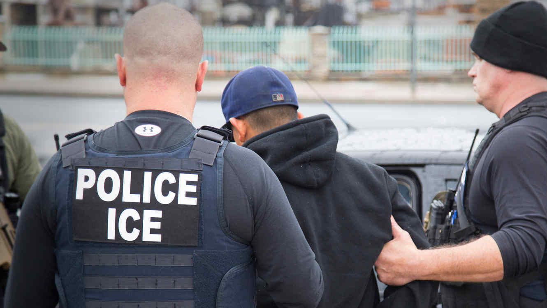 Un inmigrante arrestado durante una serie de operativos de ICE en California en Febrero del 2017.