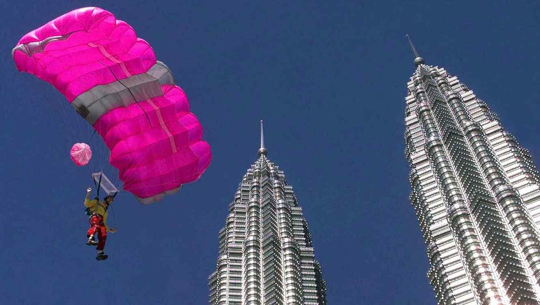 Anciana quiere crear conciencia sobre una grave enfermedad al lanzarse de paracaídas.