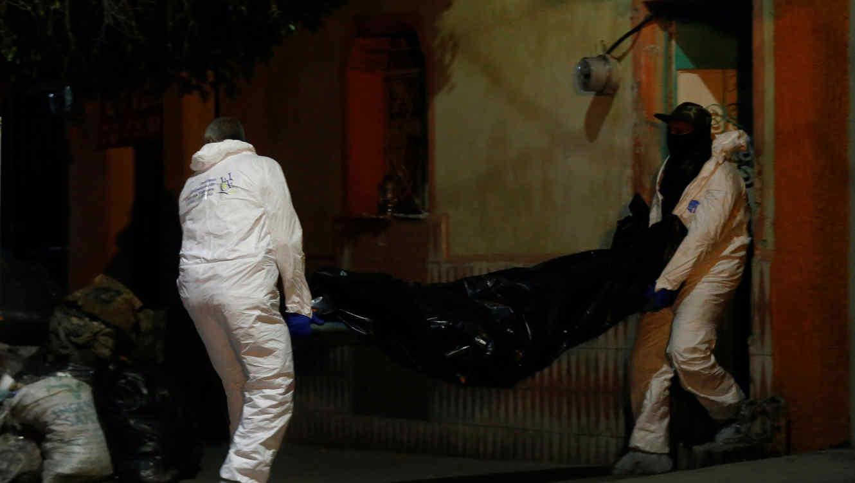Médicos forenses recogen los cuerpos de 4 personas que fueron ejecutadas ayer, 10 de diciembre de 2018, en el interior de una finca en la ciudad de Guadalajara