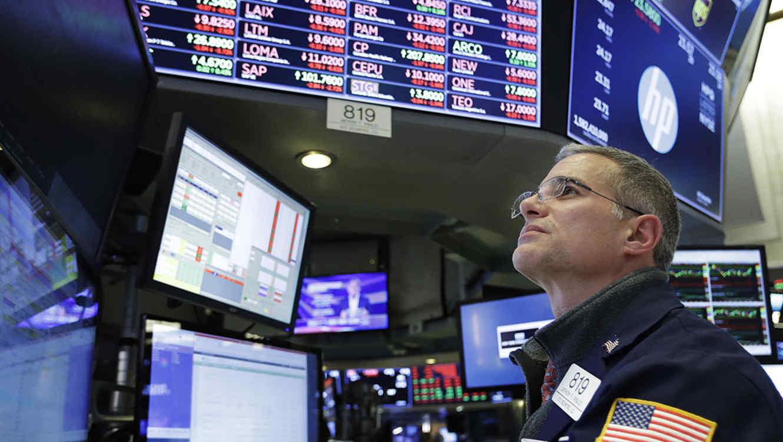 El comerciante Anthony Rinaldi sigue la actividad de las acciones en la Bolsa de Nueva York.