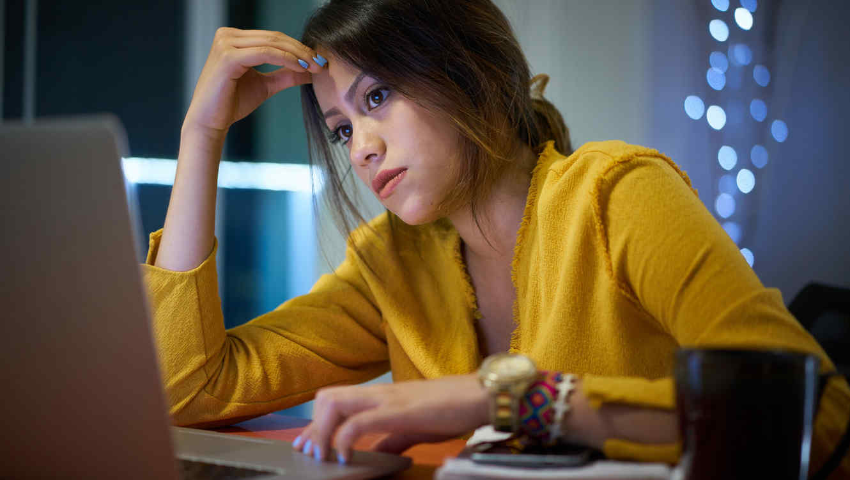 Estudiante usando computadora