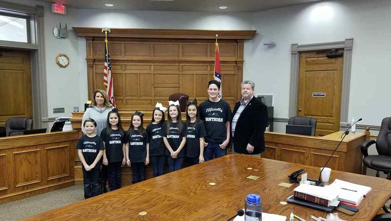 Dawson, de 15 años, Kyndal, de 11, Lacy y Layna, de 10, Addiley y Arria, de 9 y a Nixson, de 8; junto a sus padres Michael y Terri Hawthorn.