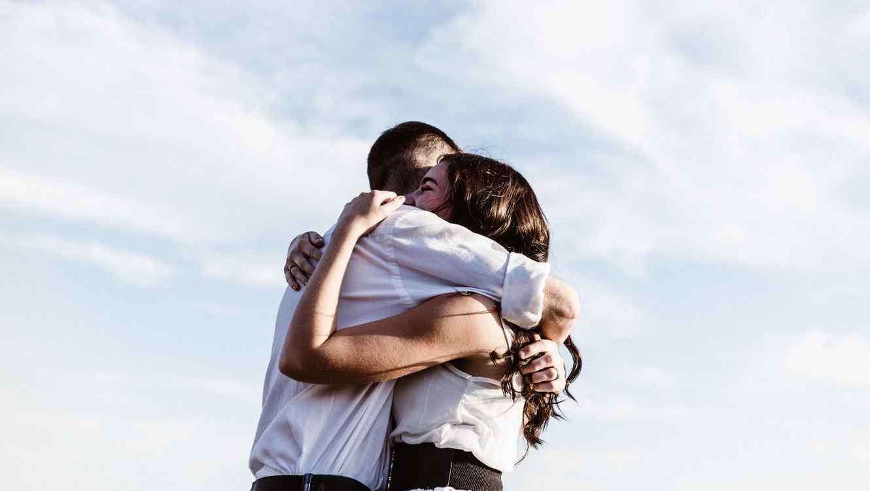Su marido le rompió las costillas con abrazo; eso salvó su vida