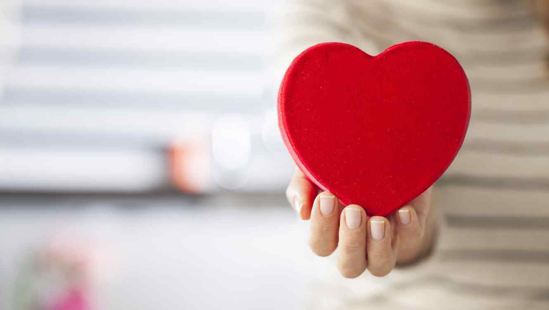 Mujer sosteniendo corazón