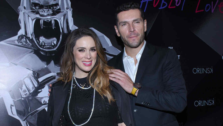 Jacky Bracamontes y su esposo