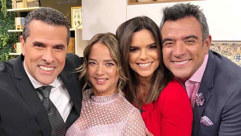De izquierda a derecha Marco Antonio Regil, Adamari López, Rashel Díaz y Héctor Sandarti de Un Nuevo Día.