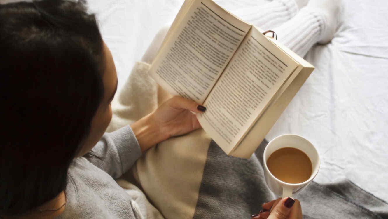 Mujer leyendo en la cama