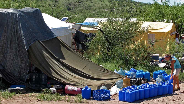 Foto de archivo de voluntarios alistando agua para dejar a inmigrantes que cruzan el desierto