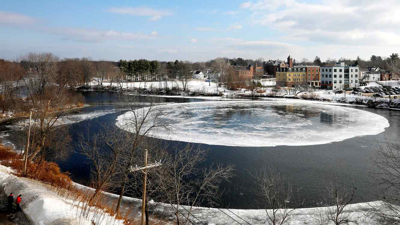 Un gran disco de hielo giratorio en el río Presumpscot en Westbrook, Maine